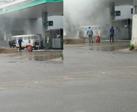 Que perigo! Carro pega fogo em pátio de posto de combustíveis em Linhares