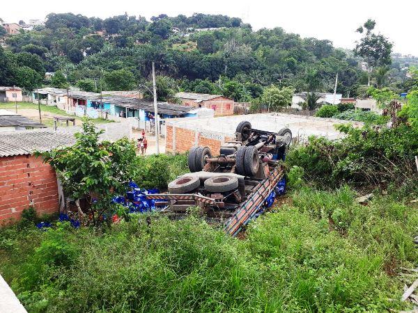 Furto de caminhão carregado com cerveja: Veículo tomba e parte da carga é saqueada
