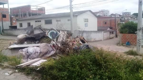 Araçá: Moradora reclama de depósito de lixo bem em frente de residências