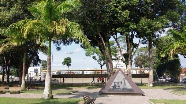 Mosquitos provocam cenas inusitadas e afastam frequentadores da Praça 22 de Agosto
