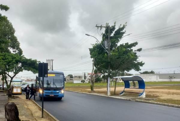 Abrigo de um lado, passageiros do outro, em frente ao Fórum de Linhares