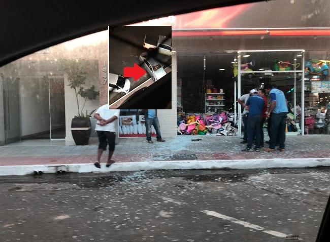 Vídeo: Loja tem vitrine estilhaçada por veículo no Centro de Linhares. Motorista foge