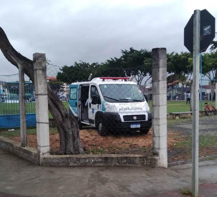 Ambulância é vista à postos em área de campo de futebol onde jogador quebrou a perna