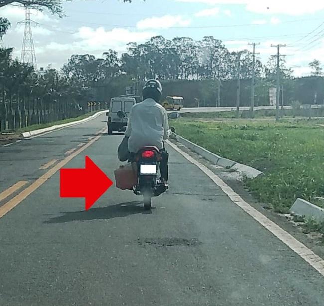 Rodovia Roberto Calmon: Motociclista transporta combustível como se fosse água