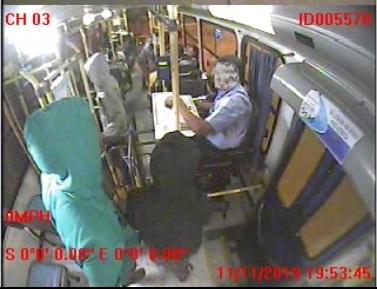 4 assaltantes, sendo duas mulheres, saqueiam passageiros de ônibus em Linhares