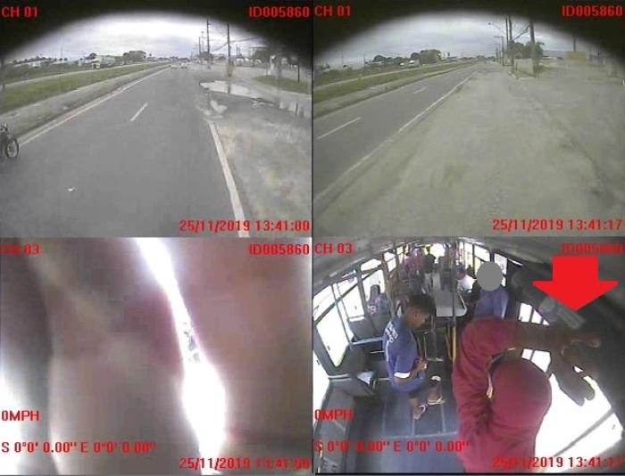 Bandido cobre câmera durante assalto em ônibus da Joana Darc em Linhares