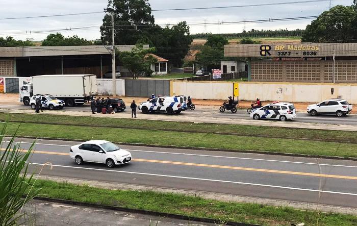 Abordagem após perseguição a veículo com placas de SP chama a atenção na BR-101, em Linhares