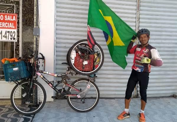 Está em Linhares: Após traição amorosa, Pedro pede conta e sai pelo mundo de bicicleta