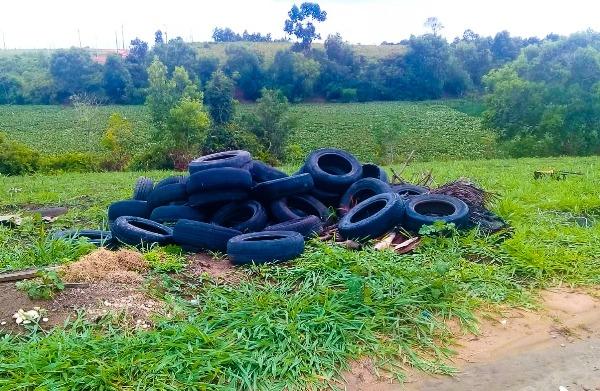 Flagra de descarte irregular de pneus no Jardim Laguna