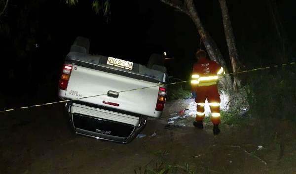 Hilux capota na BR-101, motorista morre e mulher sai ferida em Sooretama