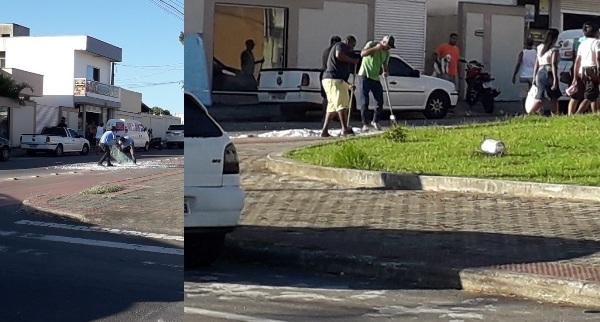 Populares ajudam na limpeza após vidro cair de carro e estilhaçar na rua em Linhares