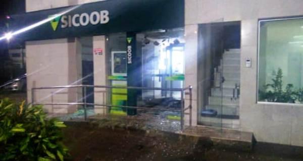 Bandidos explodem caixas eletrônicos de agência bancária