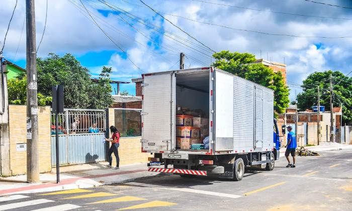 Famílias comemoram entrega de kit merenda nos bairros de Linhares