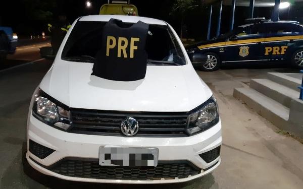Assaltantes transformam Gol em viatura. Veículo foi recuperado pela PRF