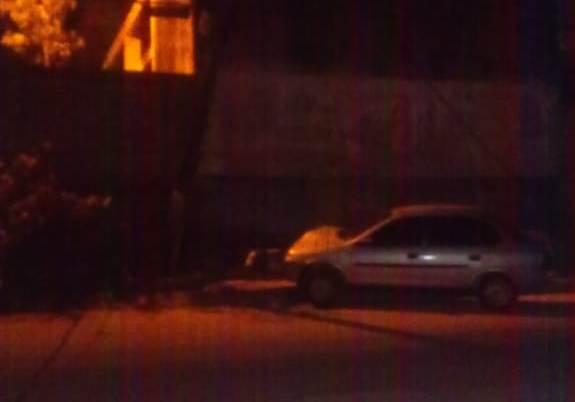 Carro amanhece amassado após colidir contra poste no Aviso