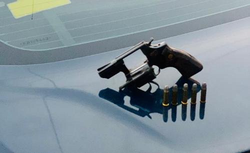 PRF: Condutor de Amarok é flagrado com revólver na cintura em Linhares
