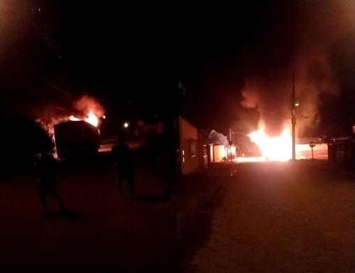 Ônibus é consumido pelo fogo no Centro de Sooretama