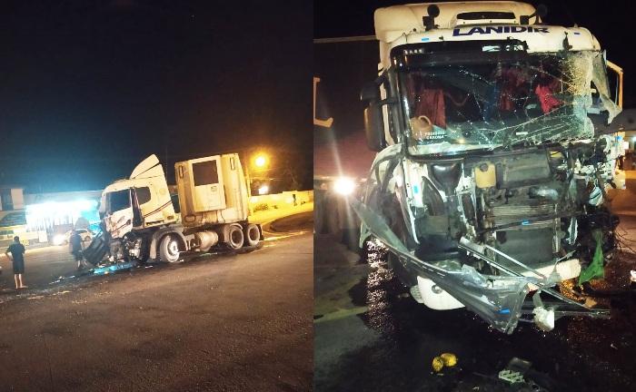 Carreta fica com frente destruída em acidente na BR-101, em Linhares