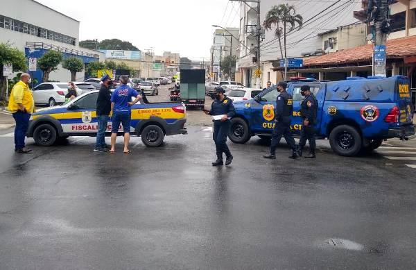Veículos usados para propaganda de rua são fiscalizados no Centro de Linhares