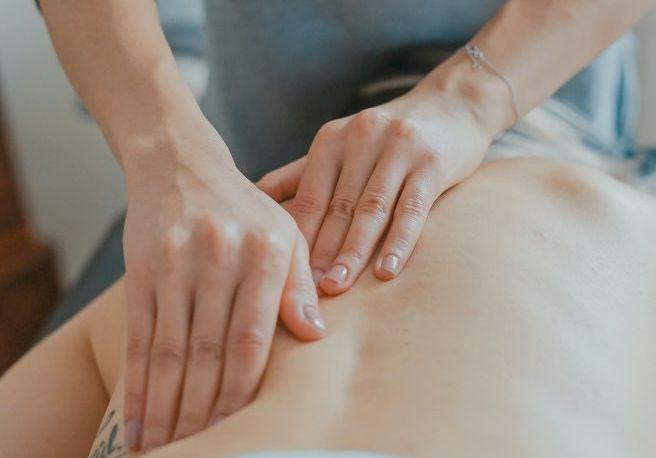 Dicas para driblar dores físicas intensificadas durante o isolamento social