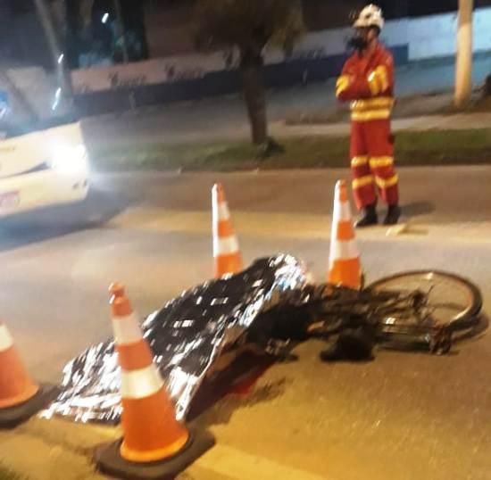 Ciclista morre atropelado por ônibus ao tentar atravessar a BR-101, em Linhares