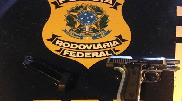 PRF apreende arma de fogo e munições durante fiscalização em Linhares