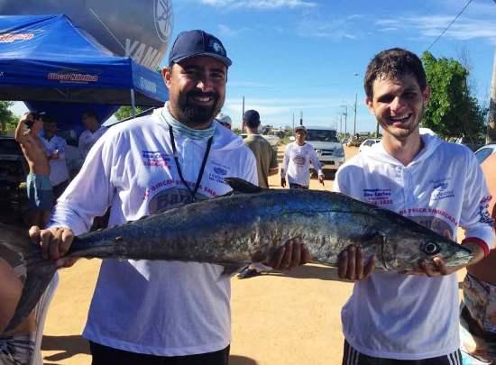 Dupla de Linhares fisga maior peixe de gincana realizada no Pontal