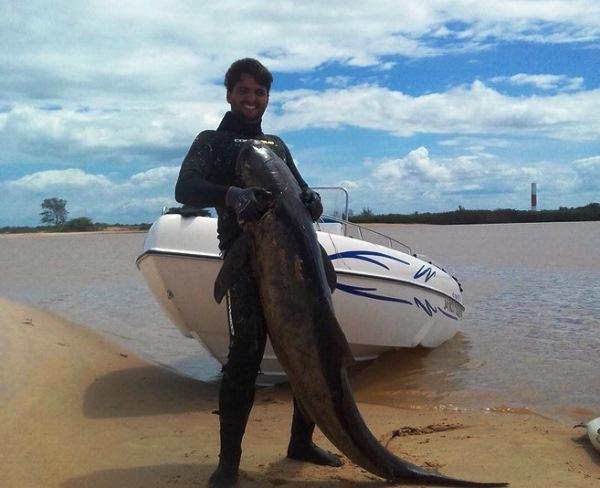 Peixão: Trio comemora resultado de pesca no mar de Regência