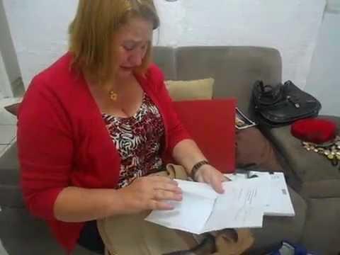 Mãe chora ao mostrar pertences de Arielle Martins
