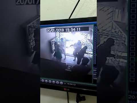 Assaltantes agem em joalheria à luz do dia